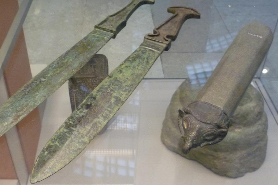 Ассирийские бронзовые мечи и царский жезл