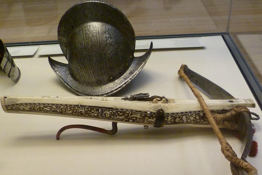 Арбалет и испанский шлем - морион XVI-го века