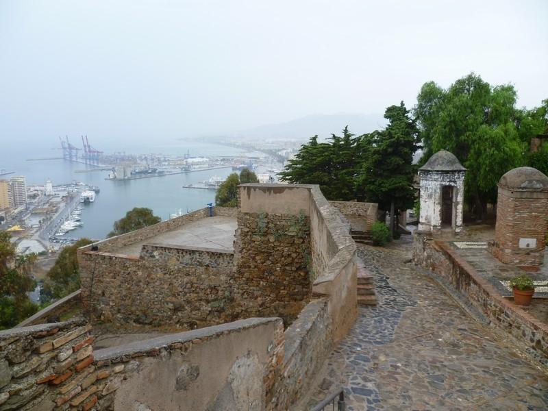 Крепость Гибральфаро (Castillo de Gibralfaro) была возведена в 14 веке эмиром Гранды - Юсуфом I. Предназначением крепости являлась защита Алькасаба – дворца в Малаге, расположенного ниже по склону горы.
