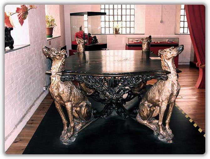 Чугунный стол