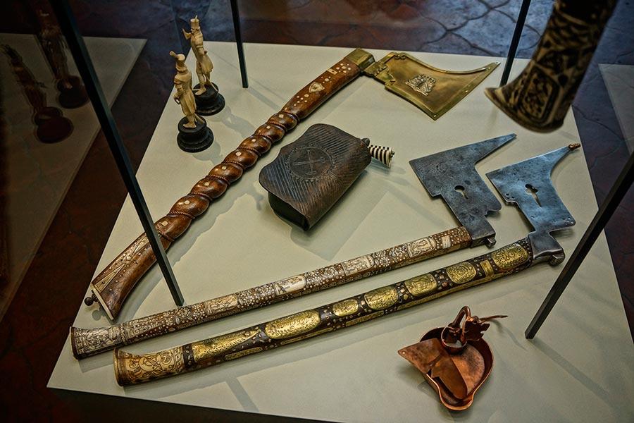 Атрибутика горняков – лампа, поясной кошелёк и горные топорики