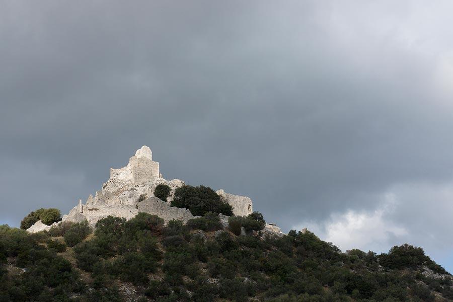 Замок Rocca di San Silvestro. Общий вид.