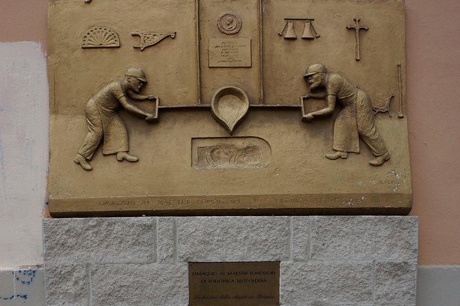 Памятная доска на стене старого литейного цеха