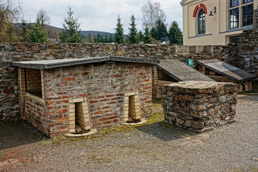 Копии средневековых печей под зимними навесами