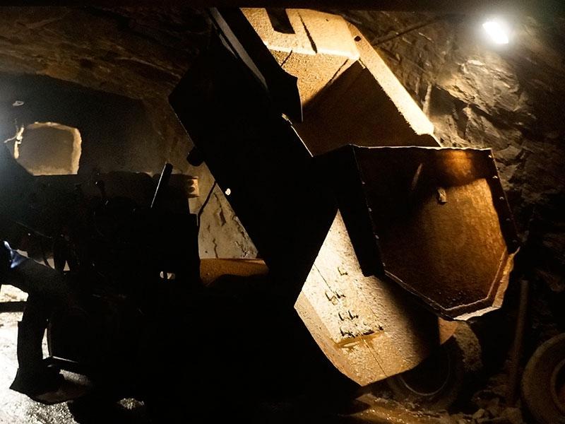 Погрузчик для загрузки руды в вагонетку.