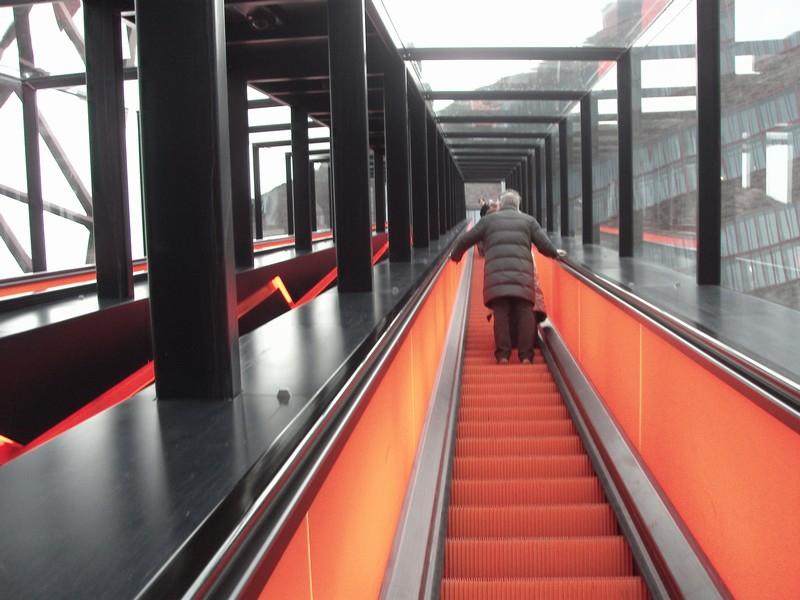 Подсвеченный эскалатор.