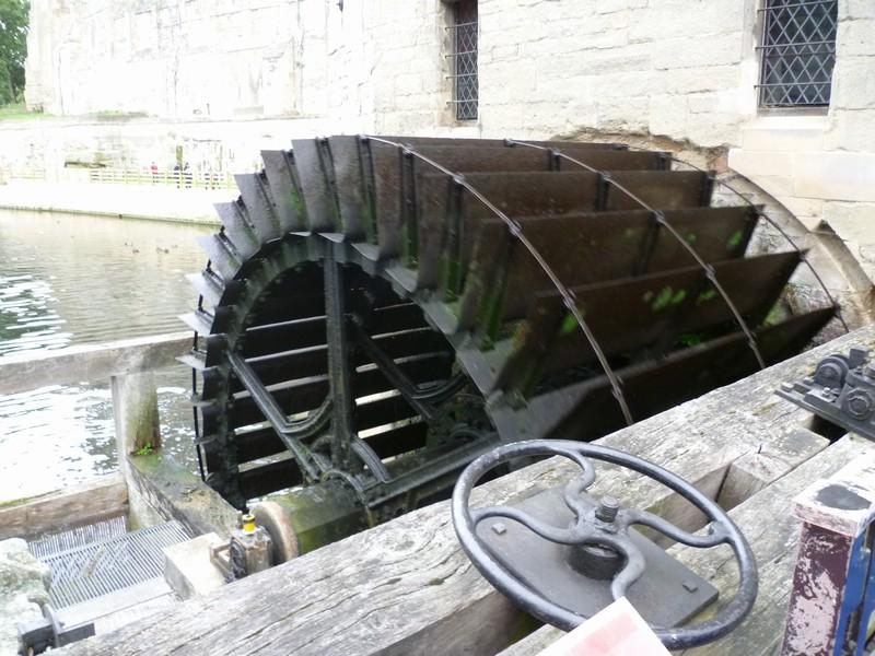 Действующее водяное колесо.