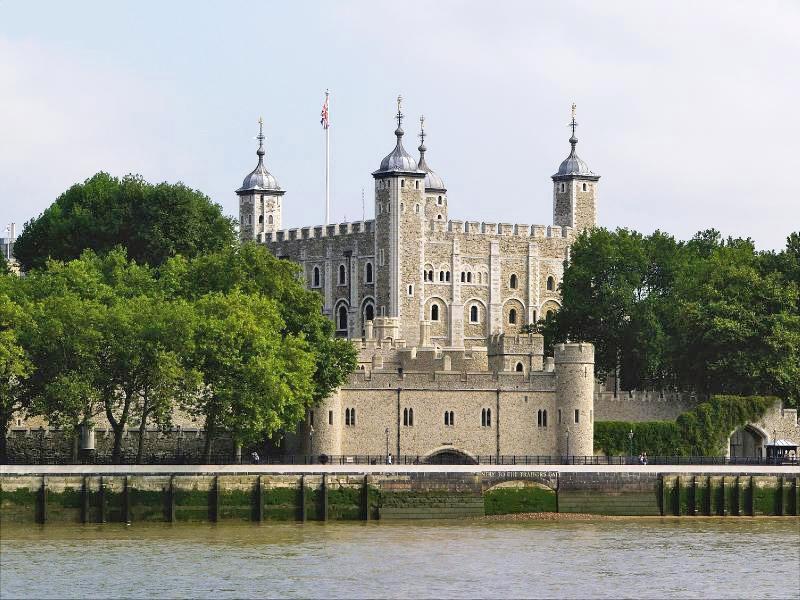 Неизменный символ Великобритании на протяжении уже многих веков, занимающий особое место в истории Англии. Лондонский Тауэр расположен на северном берегу Темзы. Эту крепость с белыми стенами безо всяких сомнений можно назвать самой знаменитой крепостью Англии.