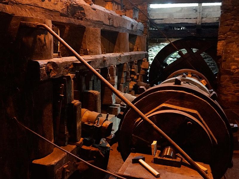 Водяное колесо и деревянный вал с металлическими кулачками.