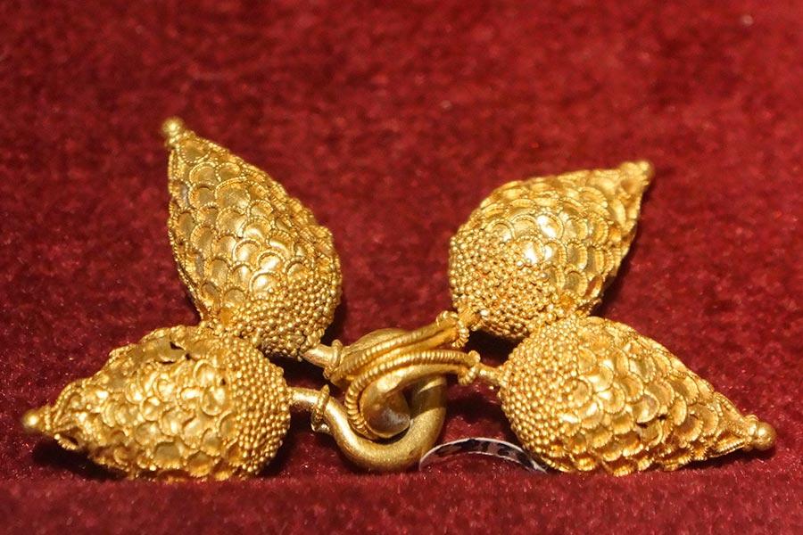 Золотая брошь