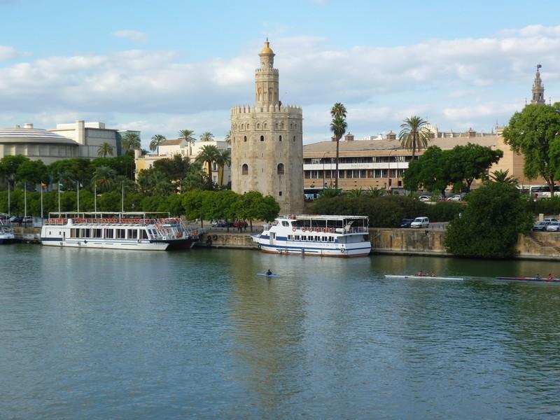 Torre del Oro (Golden Tower) является достопримечательностью Севильи, которая расположена на набережной реки Гвадалквивир. Это мавританская башня была построена для защиты севильской гавани.